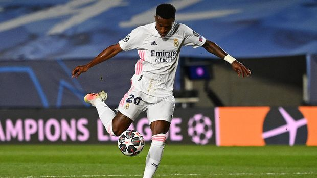 Real Madrid's Brazilian forward Vinicius Junior controls the ball just before scoring a goal during the UEFA Champions League first leg quarter-final football match between Real Madrid and Liverpool at the Alfredo di Stefano stadium in Valdebebas in the outskirts of Madrid on April 6, 2021. (Photo by GABRIEL BOUYS / AFP)