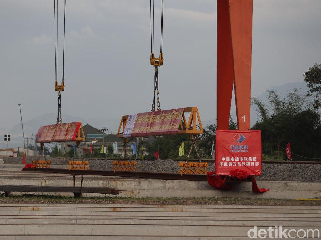 Perdana, Rel Kereta Cepat Jakarta-Bandung Diangkut ke Depo Tegalluar