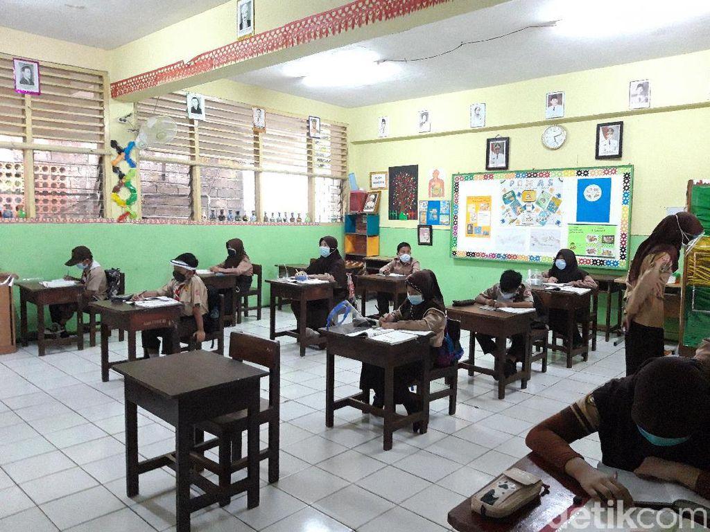 Sekolah Tatap Muka Dimulai, Murid-Guru SDN Cipete Utara 15 Jaga Jarak