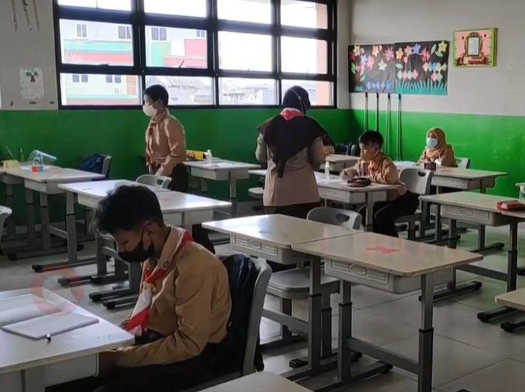 Suasana Uji Coba Sekolah Tatap Muka di SDN 11 Pademangan Barat