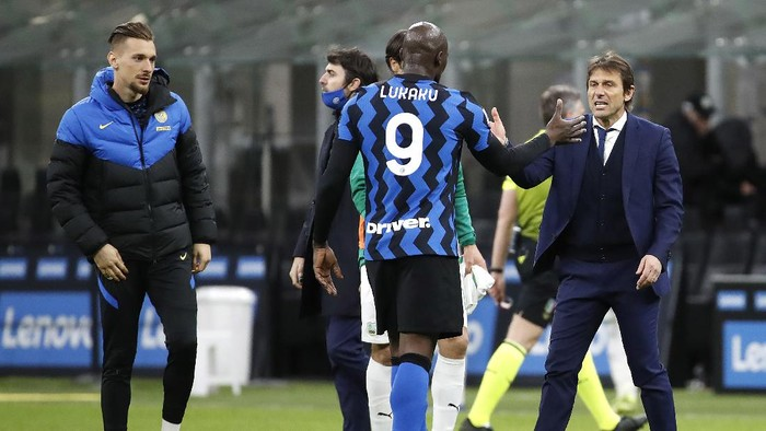 Inter Milans head coach Antonio Conte with his player Romelu Lukaku, center, after the end of the Serie A soccer match between Inter Milan and Sassuolo at the San Siro Stadium in Milan, Italy, Wednesday, April 7, 2021. Inter Milan win the game 2-1. (AP Photo/Antonio Calanni)