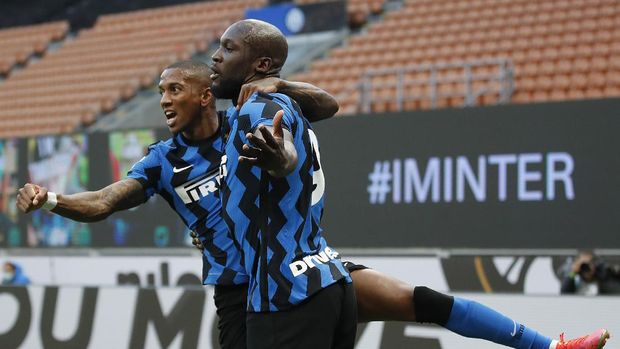 Inter Milan's Romelu Lukaku, right, celebrates with his teammate Ashley Young, after scores against Sassuolo during the Serie A soccer match between Inter Milan and Sassuolo at the San Siro Stadium in Milan, Italy, Wednesday, April 7, 2021. (AP Photo/Antonio Calanni)