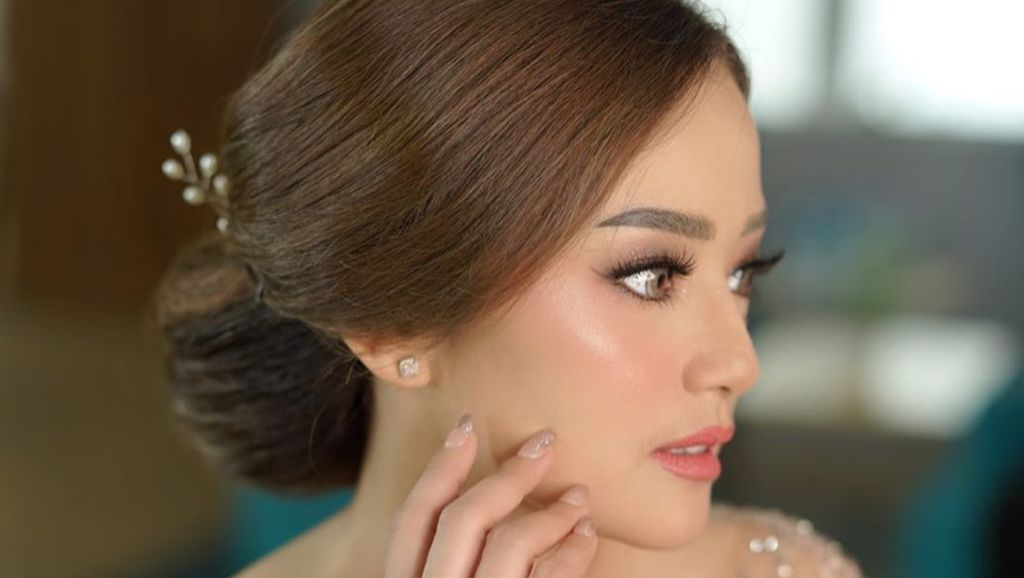 8 Pesona Calon Istri Ifan Seventeen saat Lamaran, Cantik Pakai Gaun Kebaya