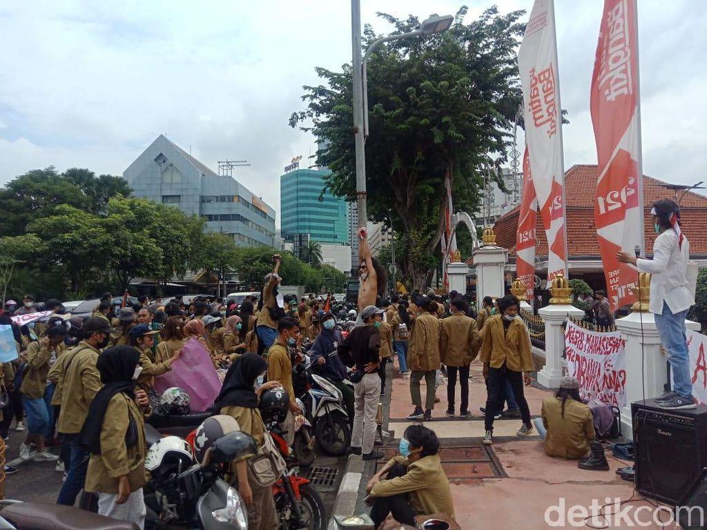 Mahasiswa dan Dosen STKW Surabaya Demo Tuntut Gubernur Bubarkan Yayasan