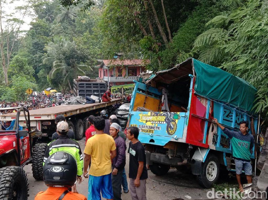 Foto Kecelakaan Kontainer Tabrak Truk dan Mobil di Purworejo