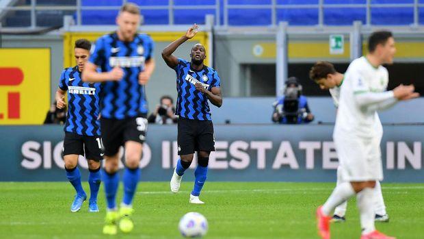 Soccer Football - Serie A - Inter Milan v U.S. Sassuolo - San Siro, Milan, Italy - April 7, 2021 Inter Milan's  Romelu Lukaku celebrates scoring their first goal with teammates REUTERS/Daniele Mascolo