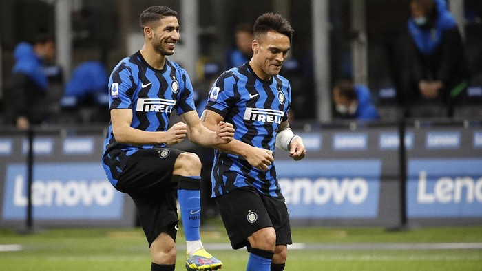 Inter Milans Lautaro Martinez, right, celebrates with his teammate Achraf Hakimi after scores against Sassuolo during the Serie A soccer match between Inter Milan and Sassuolo at the San Siro Stadium in Milan, Italy, Wednesday, April 7, 2021. (AP Photo/Antonio Calanni)