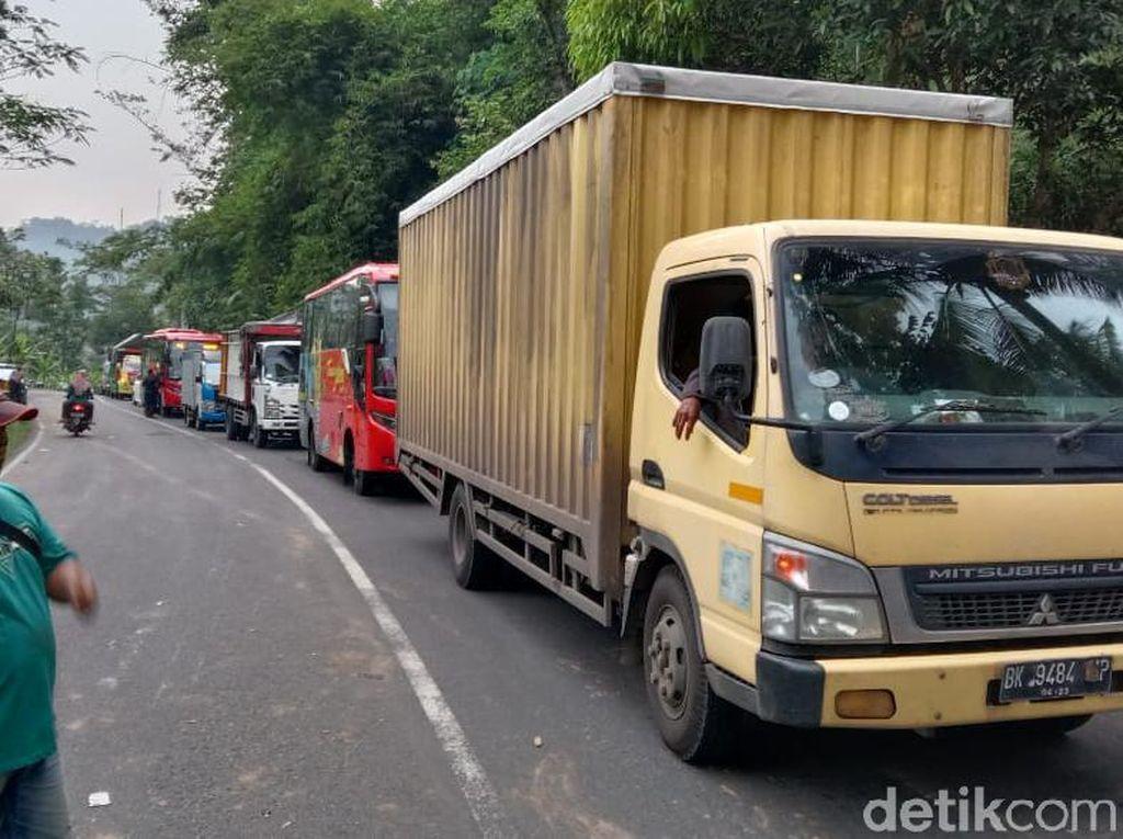 Jalan Magelang-Purworejo Macet Total Gegara Kecelakaan 2 Truk dan Mobil