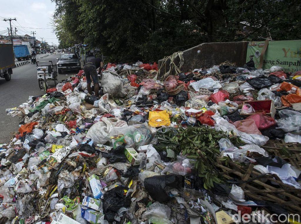 Jorok! Sampah Meluber hingga ke Jalanan di Tangerang