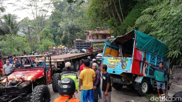 Kecelakaan kontainer, truk dan mobil di Jalan Purworejo-Magelang, Purworejo, Kamis (8/4/2021).