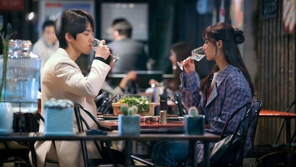 Tampannya Kim Jung Hyun Saat Makan Bareng Seo Ji Hye