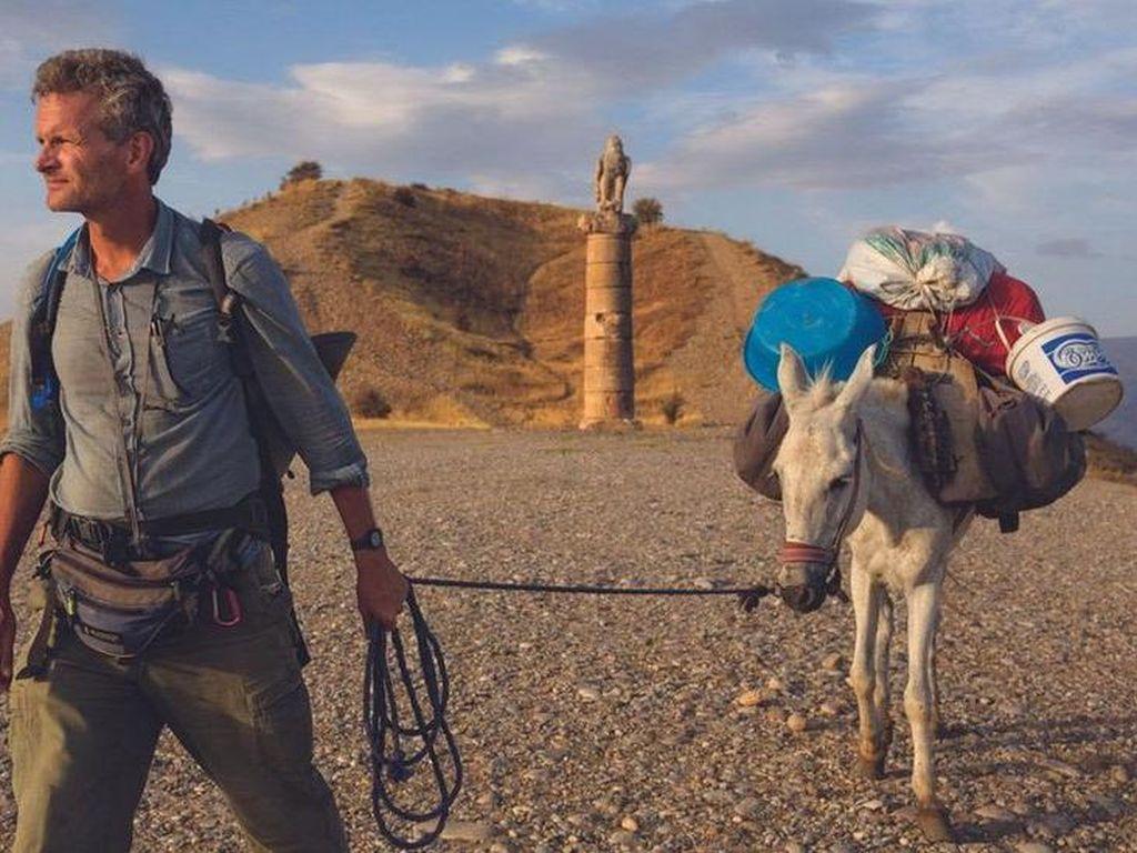 Kisah Jurnalis Perang Keliling Dunia Sejauh 12.000 Km dengan Jalan Kaki