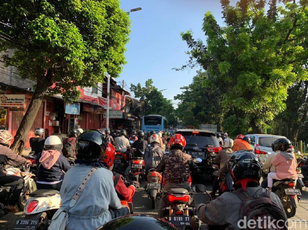 Jalan Menyempit Dekat Flyover Tapal Kuda Lenteng Agung, Lalin Macet Parah!