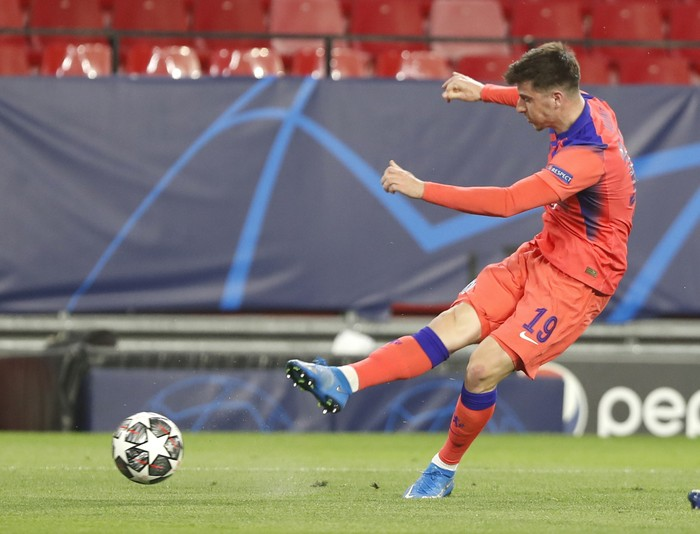 Chelseas Mason Mount scores his sides opening goal during the Champions League, first leg, quarterfinal soccer match between FC Porto and Chelsea at the Ramon Sanchez-Pizjuan stadium in Seville, Spain, Wednesday, Apr. 7, 2021. (AP Photo/Angel Fernandez)