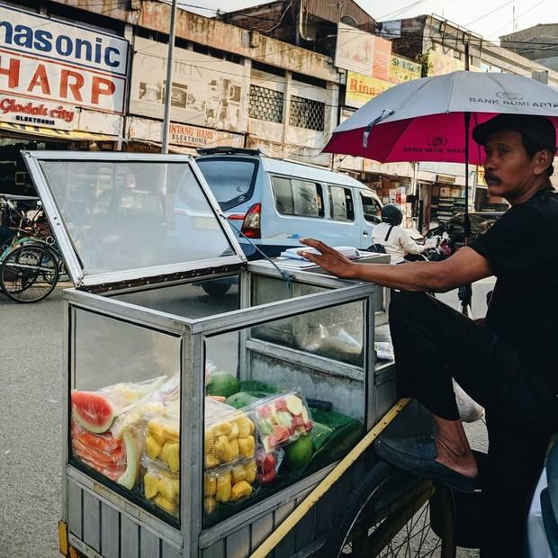 Membeli buah di tukang rujak bisa menjadi cara praktis bagi anak kos.