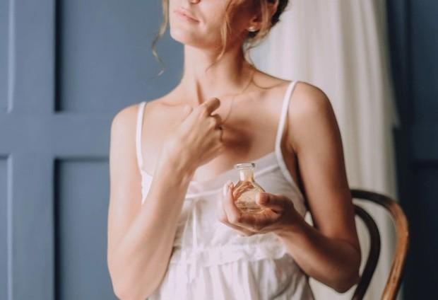 Mengaplikasikan di ke bagian kering pada tubuh membuat parfum tidak awet/freepik.com