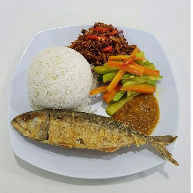 Nasi bisa menjadi pilihan makanan pokok yang mudah ditemukan di warteg.