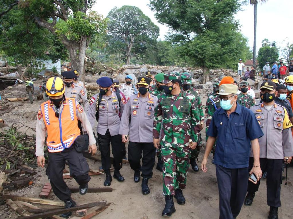Kapolri: Bantuan untuk Korban Banjir Bandang NTT-NTB Harus Sampai ke Warga!