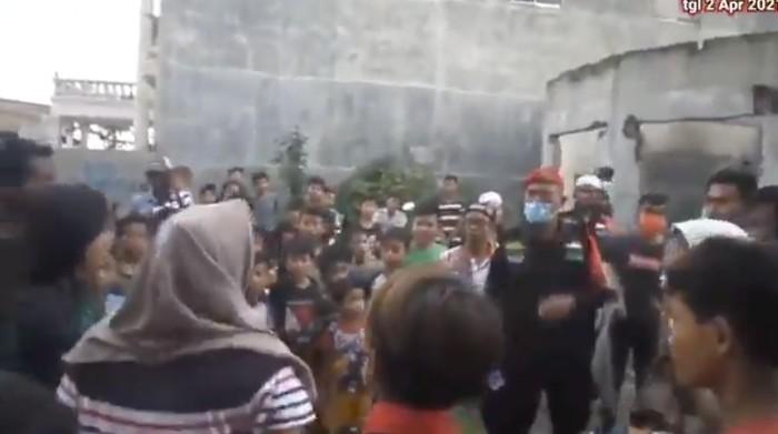 Pembubaran kuda kepang di Medan Sunggal, Medan, Jumata (2/4/2021).