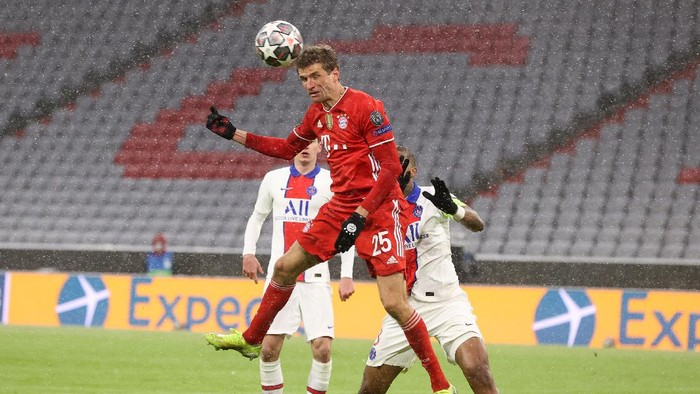 MUNICH, GERMANY - APRIL 07: Thomas Muller of FC Bayern Munich scores their sides second goal during the UEFA Champions League Quarter Final match between FC Bayern Munich and Paris Saint-Germain at Allianz Arena on April 07, 2021 in Munich, Germany. Sporting stadiums around Germany remain under strict restrictions due to the Coronavirus Pandemic as Government social distancing laws prohibit fans inside venues resulting in games being played behind closed doors. (Photo by Alexander Hassenstein/Getty Images)