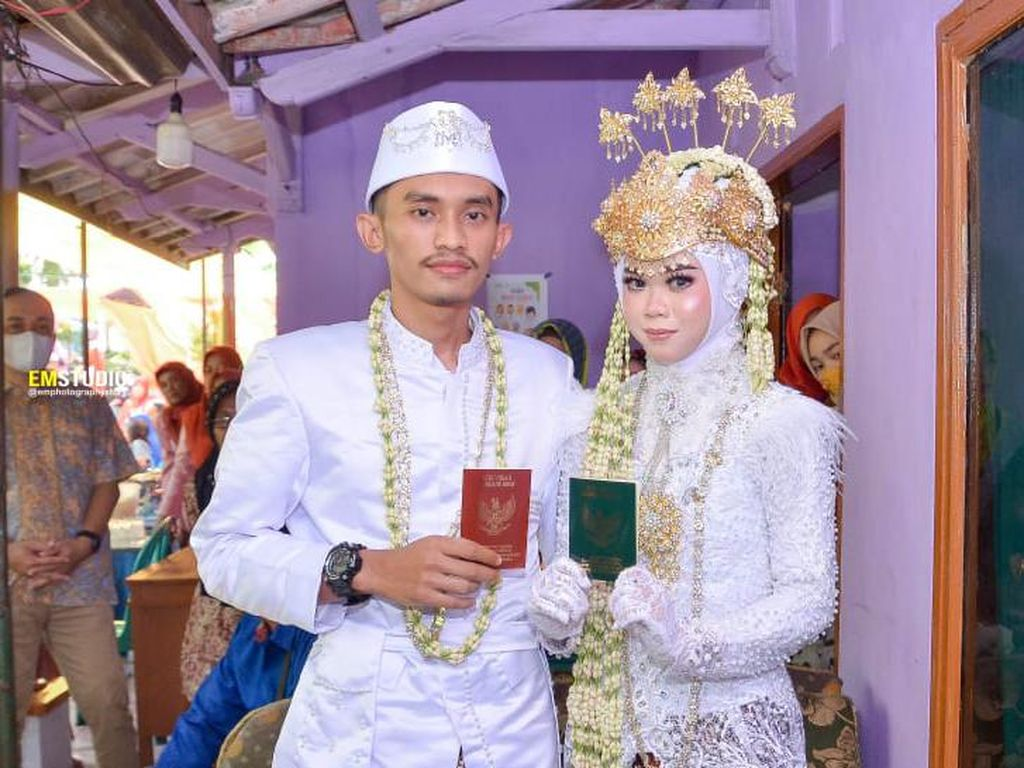 Viral Pengantin di Cilacap Menikah Tanpa Pelaminan, Alasannya Bikin Haru
