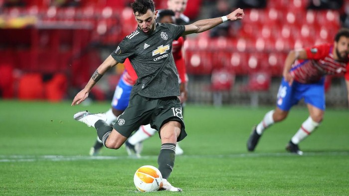 GRANADA, SPAIN - APRIL 08: Bruno Fernandes of Manchester United scores their sides second goal from the penalty spot during the UEFA Europa League Quarter Final First Leg match between Granada CF and Manchester United at Nuevo Estadio de Los Carmenes on April 08, 2021 in Granada, Spain. Sporting stadiums around Europe remain under strict restrictions due to the Coronavirus Pandemic as Government social distancing laws prohibit fans inside venues resulting in games being played behind closed doors. (Photo by Fran Santiago/Getty Images)