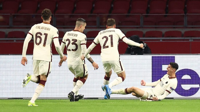 AMSTERDAM, NETHERLANDS - APRIL 08: Roger Ibanez of A.S Roma celebrates with Riccardo Calafiori, Gianluca Mancini and Borja Mayoral after scoring their sides second goal during the UEFA Europa League Quarter Final First Leg match between Ajax and AS Roma at Johan Cruijff Arena on April 08, 2021 in Amsterdam, Netherlands. Sporting stadiums around Europe remain under strict restrictions due to the Coronavirus Pandemic as Government social distancing laws prohibit fans inside venues resulting in games being played behind closed doors. (Photo by Dean Mouhtaropoulos/Getty Images)