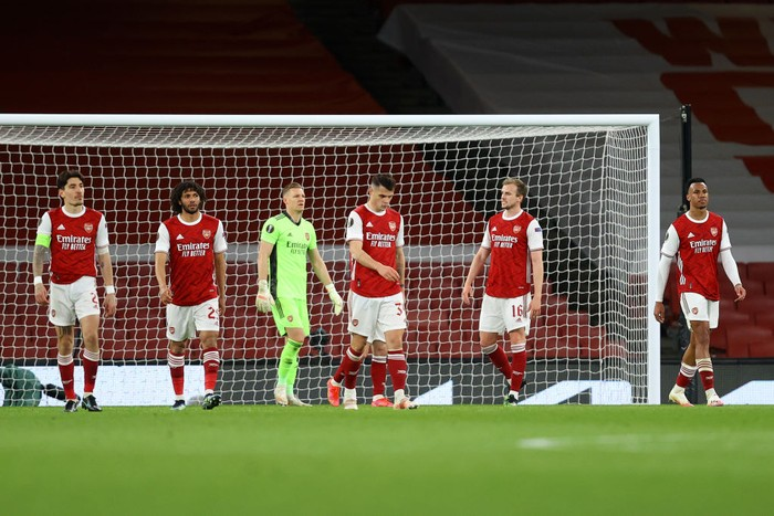 LONDON, ENGLAND - APRIL 08: Players of Arsenal looks dejected after conceding their sides first goal scored by Tomas Holes of Slavia Praha (not pictured) during the UEFA Europa League Quarter Final First Leg match between Arsenal FC and Slavia Praha at Emirates Stadium on April 08, 2021 in London, England. Sporting stadiums around Europe remain under strict restrictions due to the Coronavirus Pandemic as Government social distancing laws prohibit fans inside venues resulting in games being played behind closed doors. (Photo by Julian Finney/Getty Images)