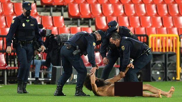 granada vs mu,granada vs manchester united,liga europa,perempatfinal liga europa,penyusup lapangan,pitch invader