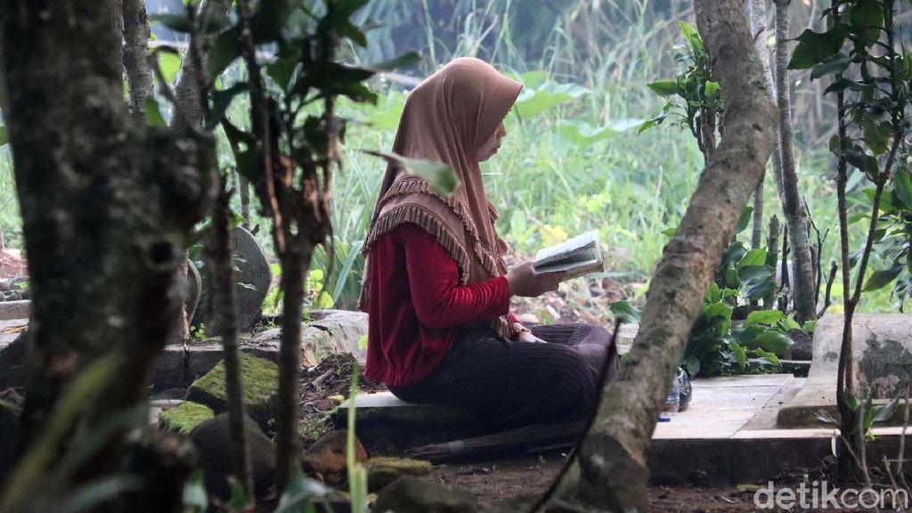 Jelang Ramadhan, Warga Ziarah ke TPU Sukarame Bandung