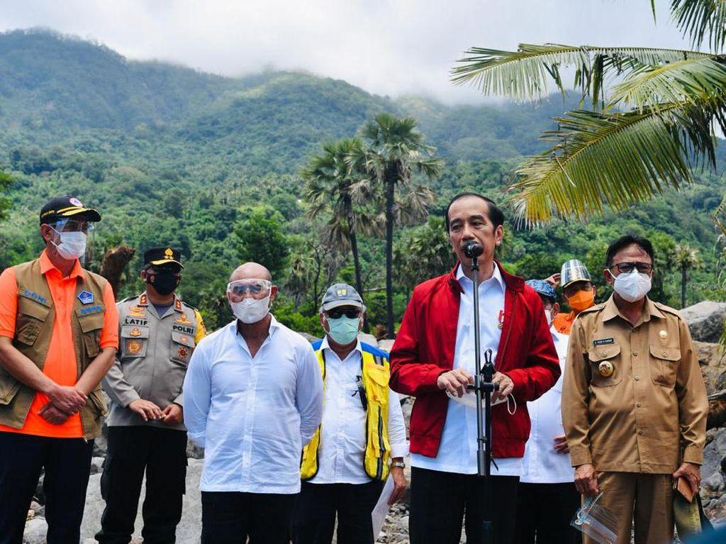 Kunjungi Korban Banjir NTT, Jokowi Dicurhati Harga BBM Mahal