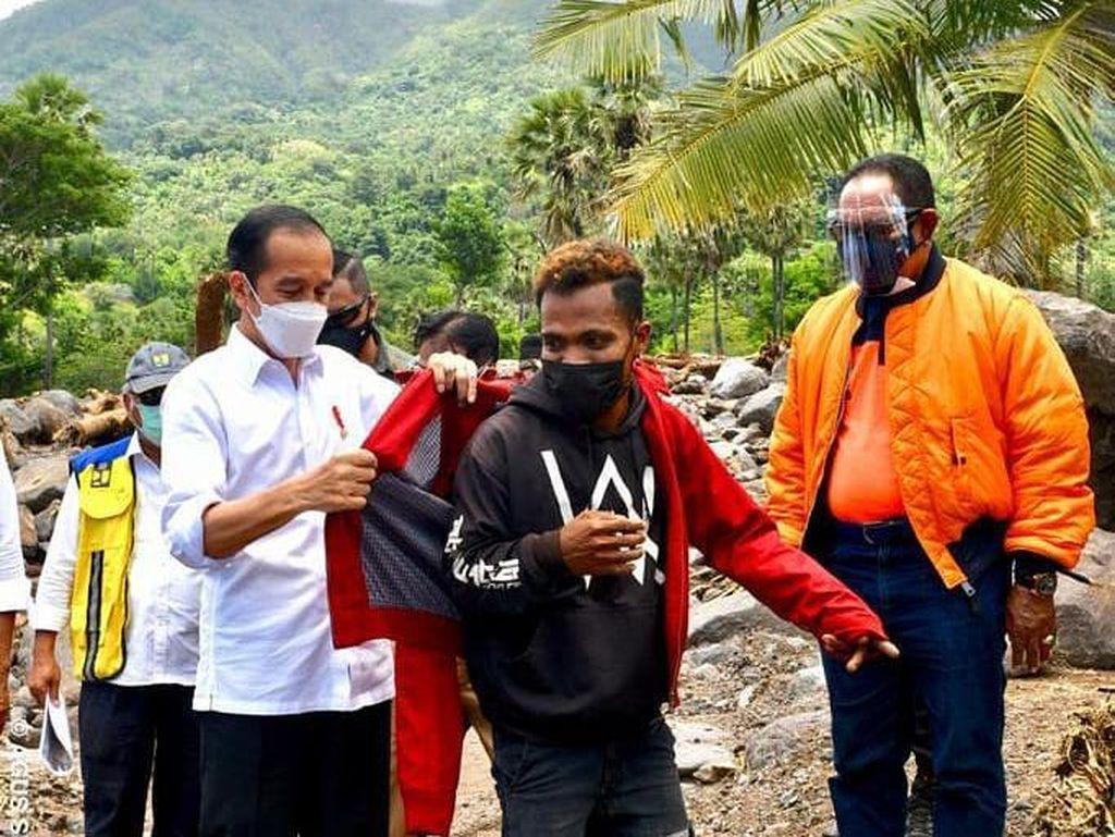Kala Jokowi Pakaikan Jaketnya ke Fransiskus Korban Bencana di NTT