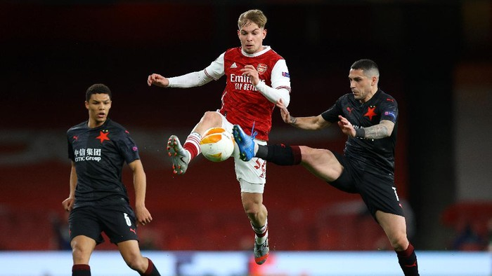 LONDON, ENGLAND - APRIL 08: Emile Smith Rowe of Arsenal battles for possession with Nicolae Stanciu of Slavia Praha during the UEFA Europa League Quarter Final First Leg match between Arsenal FC and Slavia Praha at Emirates Stadium on April 08, 2021 in London, England. Sporting stadiums around Europe remain under strict restrictions due to the Coronavirus Pandemic as Government social distancing laws prohibit fans inside venues resulting in games being played behind closed doors. (Photo by Julian Finney/Getty Images)