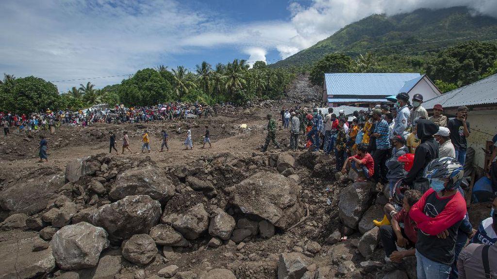 Antusias Warga Pulau Adonara Menanti Kedatangan Presiden