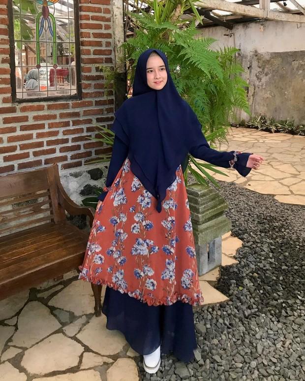Pakai Gamis Senyawa dengan kombinasi warna polos dan motif/instagram.com/fanimey_