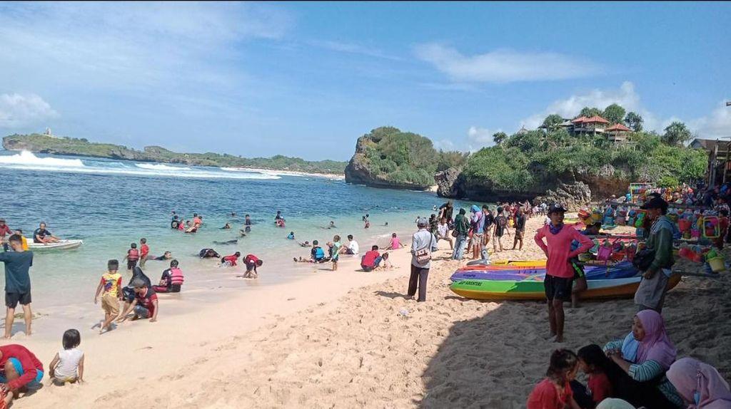 Foto: Masih Banyak Wisatawan Tak Pakai Masker di Pantai Gunungkidul