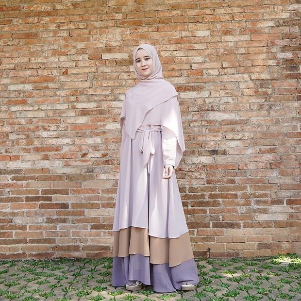 Pilih Gamis Beraksen Tingkat dengan warna soft/instagram.com/fanimey_
