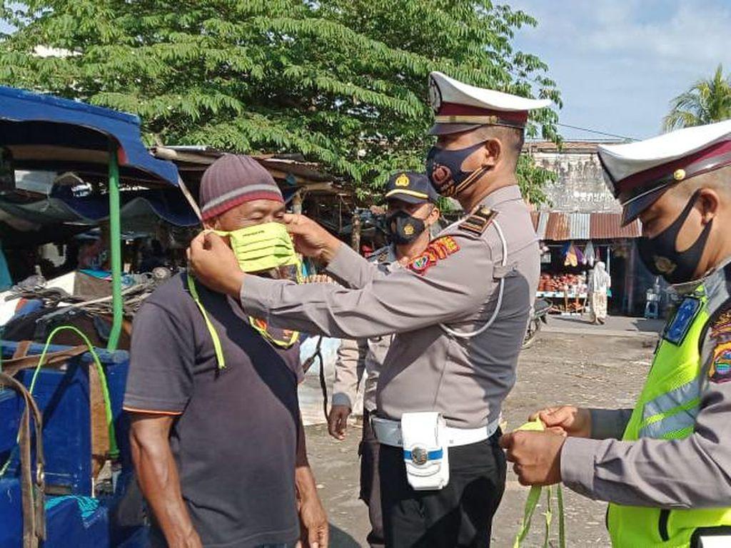 Cegah Corona, Polres Lombok Tengah Patroli Masker di Lingkungan Pasar