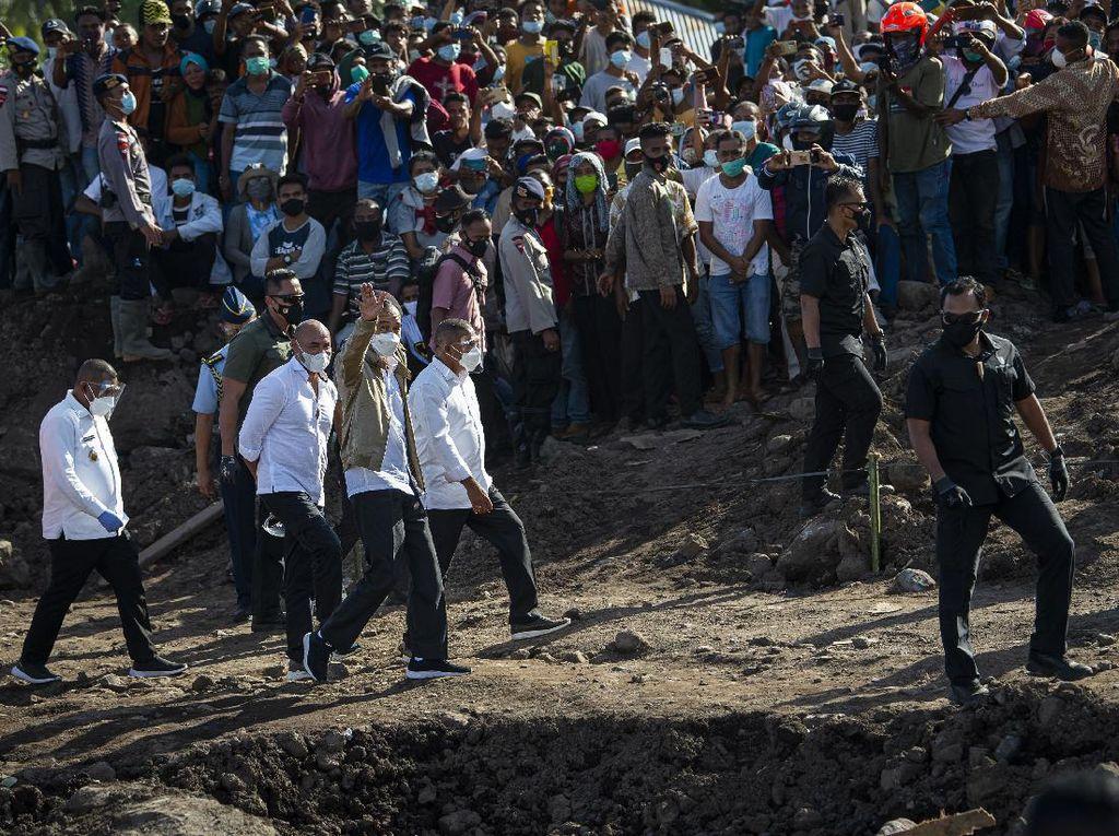 Foto: Jokowi Tinjau Langsung Lokasi Tanah Longsor Adonara