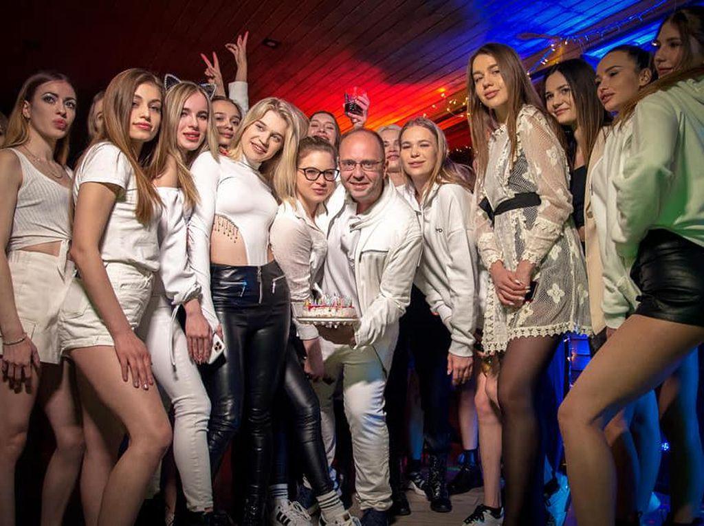 10 Potret Kehidupan Pria Playboy yang Adakan Pemotretan Bugil di Dubai