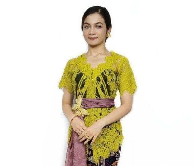 Kebaya Bali Hijau Olive dengan ikatan pinggang yang cantik/tokopedia.com