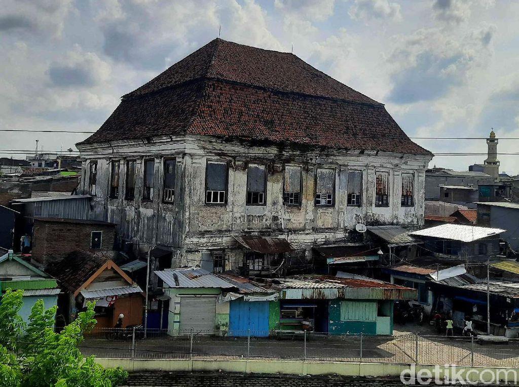 Melihat Lebih Dekat Gedung Setan Berusia 200 Tahun di Surabaya