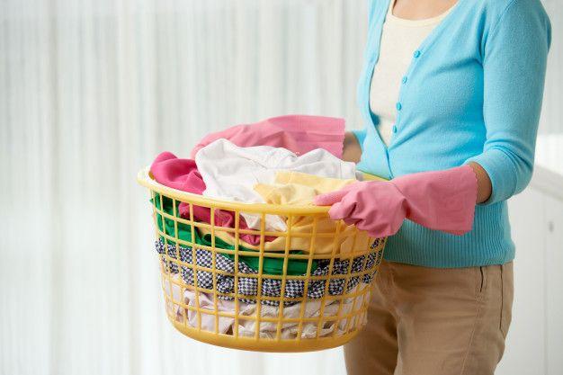 Rendam baju dengan air hangat kemudian cuci bersih