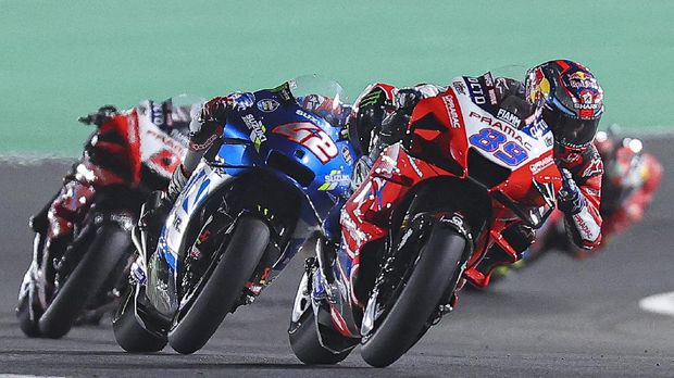 (R to L) Pramac Racing's Spanish rider Jorge Martin, Team Suzuki Ecstar's Spanish rider Alex Rins and Pramac Racing's French rider Johann Zarco drive during the Moto GP Grand Prix of Doha at the Losail International Circuit, in the city of Lusail on April 4, 2021. (Photo by KARIM JAAFAR / AFP)