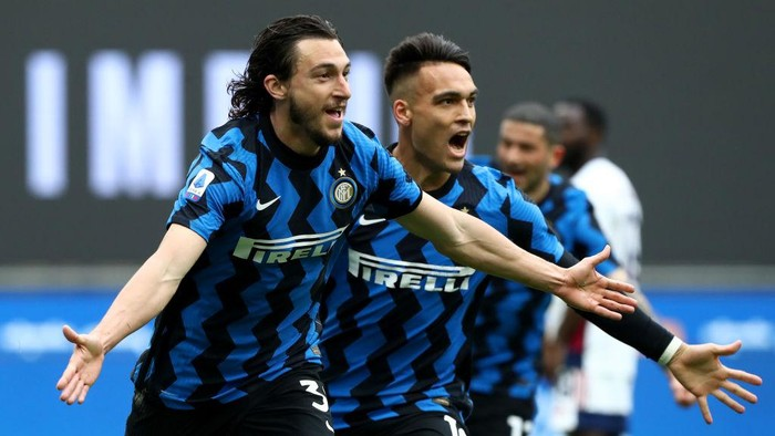 MILAN, ITALY - APRIL 11: Matteo Darmian of FC Internazionale celebrates after scoring their sides first goal during the Serie A match between FC Internazionale  and Cagliari Calcio at Stadio Giuseppe Meazza on April 11, 2021 in Milan, Italy. Sporting stadiums around Italy remain under strict restrictions due to the Coronavirus Pandemic as Government social distancing laws prohibit fans inside venues resulting in games being played behind closed doors. (Photo by Marco Luzzani/Getty Images)