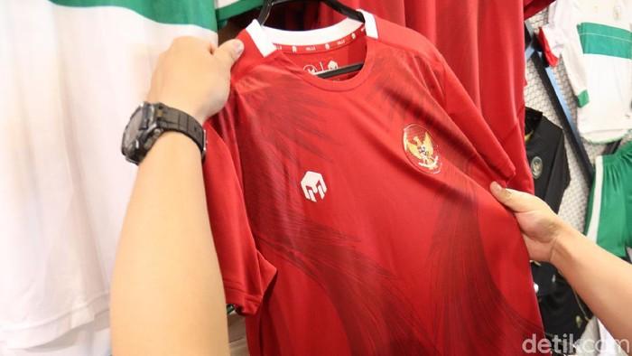 Brand kostum timnas sepakbola Indonesia, Mills, membuka gerai di Bandung. Pembukaan gerai ini menjadi awal bagi kebangkitan produk lokal di masa pandemi.