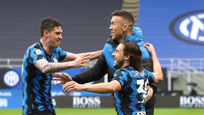 MILAN, ITALY - APRIL 11: Matteo Darmian of FC Internazionale  celebrates with Alessandro Bastoni after scoring their sides first goal during the Serie A match between FC Internazionale  and Cagliari Calcio at Stadio Giuseppe Meazza on April 11, 2021 in Milan, Italy. Sporting stadiums around Italy remain under strict restrictions due to the Coronavirus Pandemic as Government social distancing laws prohibit fans inside venues resulting in games being played behind closed doors. (Photo by Marco Luzzani/Getty Images)