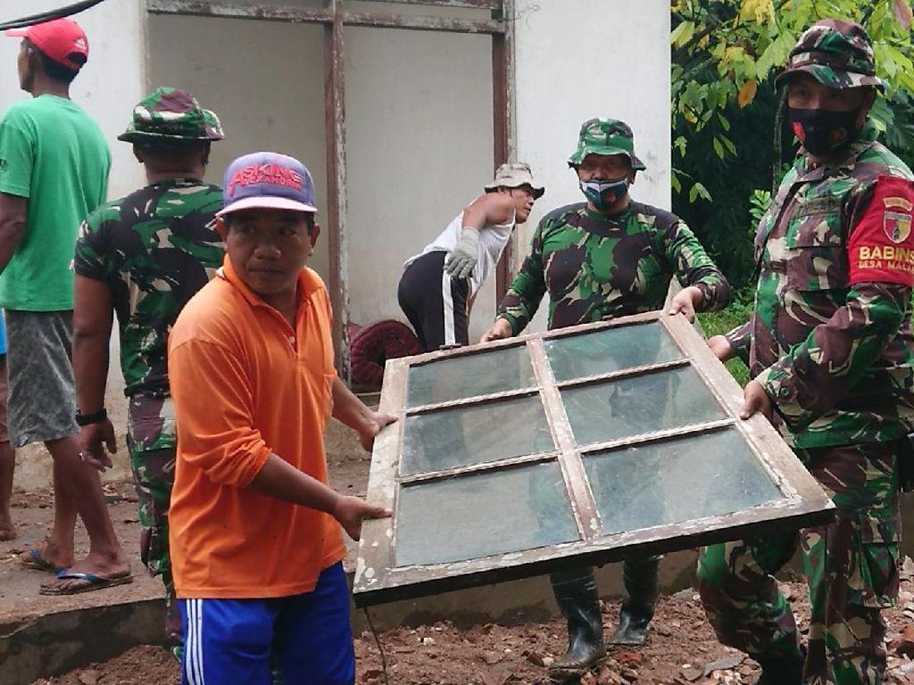 TNI-Relawan Bersihkan Rumah Warga Terdampak Gempa di Trenggalek