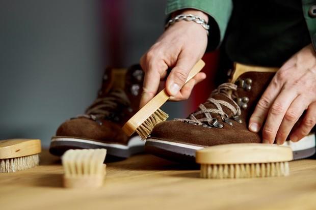 membersihkan sepatu (sumber : freepik)