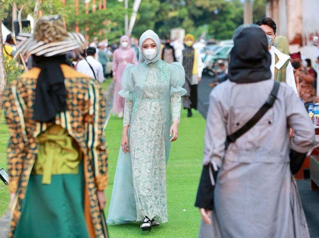 Produk Halal Disajikan di Pantai Marina Boom, Ada Kajian Agama yang Toleran